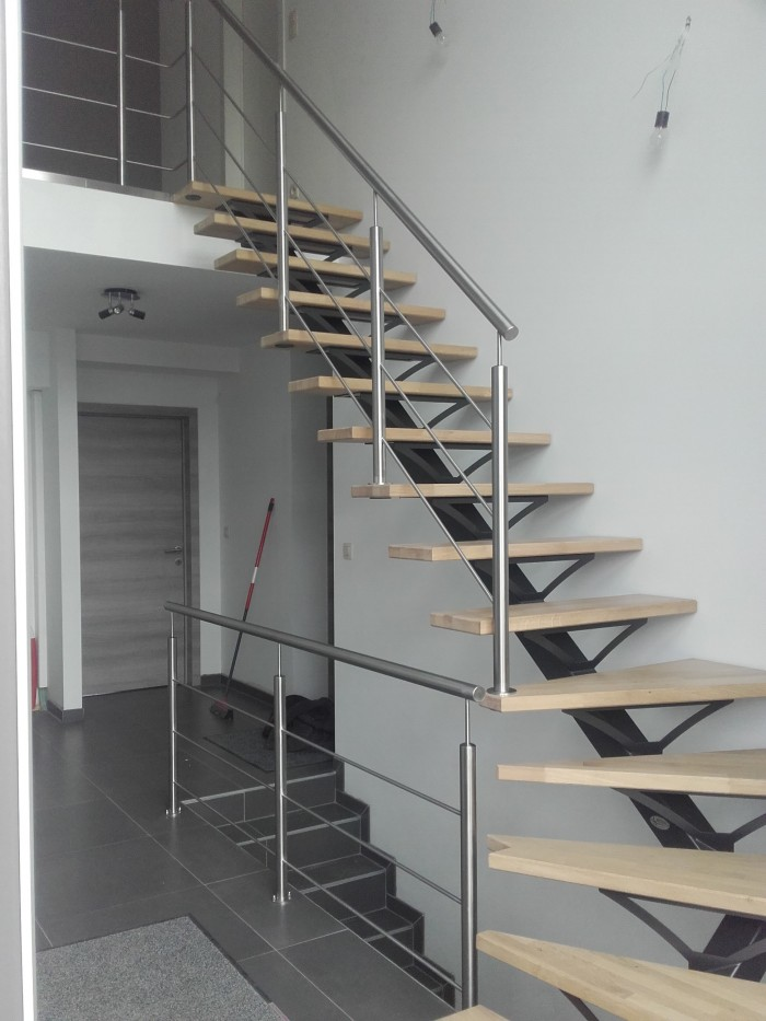 Escalier laqué marche bois + inox