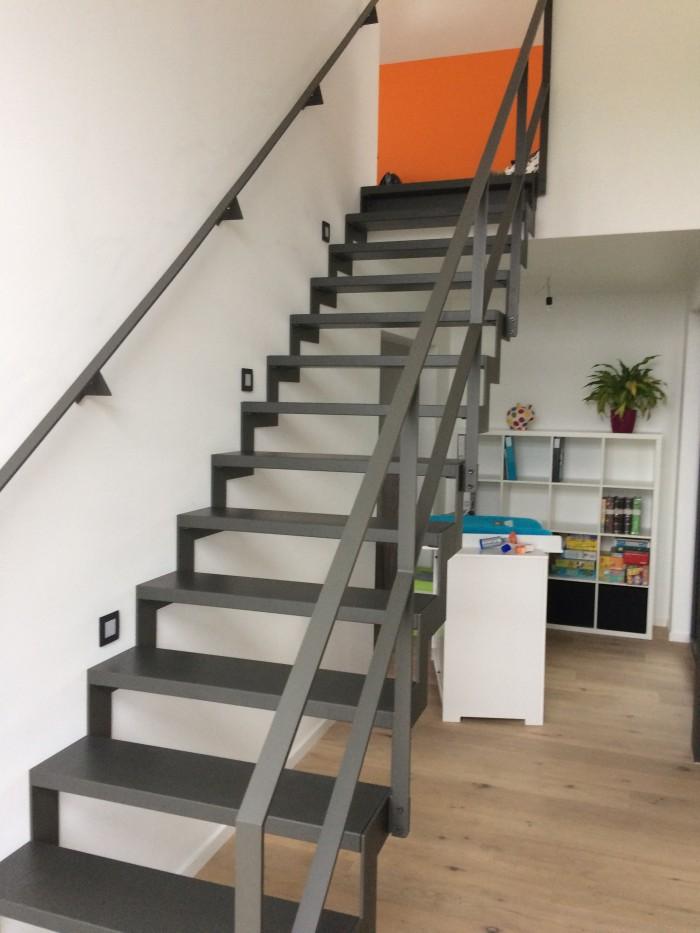 Escalier crémaillère laqué marche hêtre