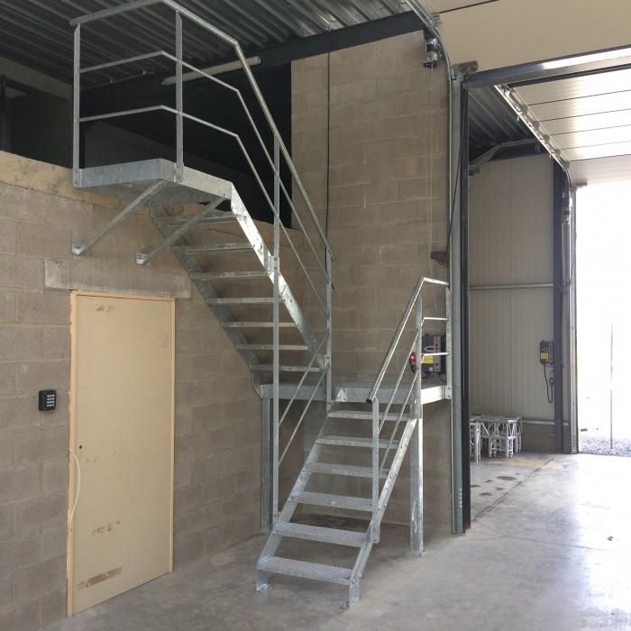 Escalier industriel dépôt galvanisé