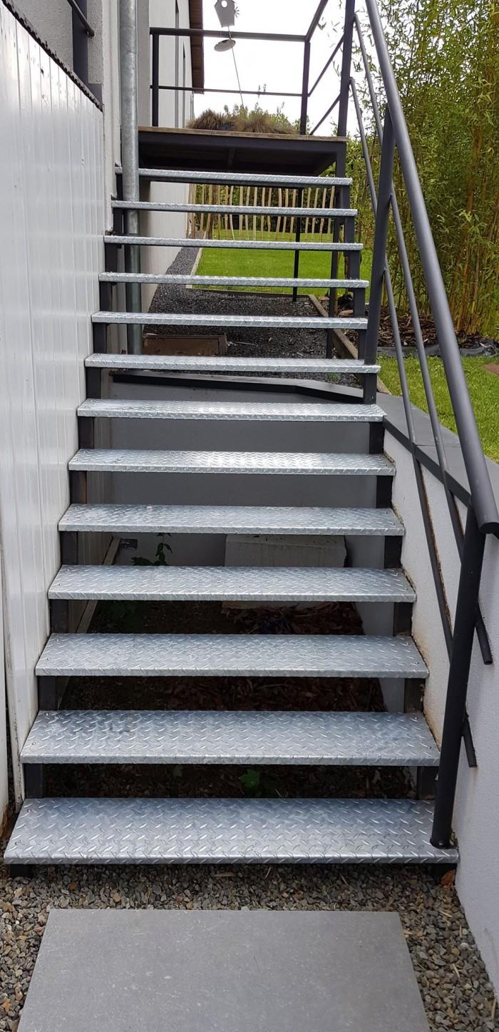 Escalier marche en tôle acier larmée