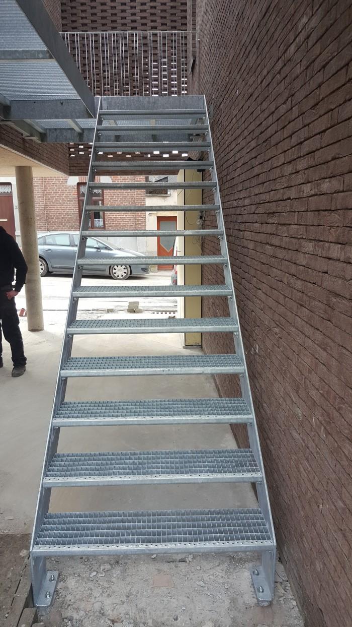 Escalier marches caillebotis galva