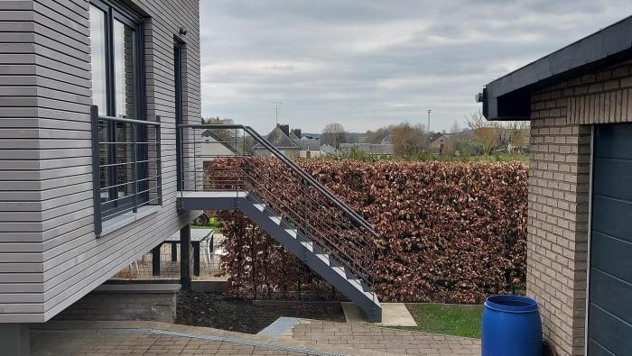Escalier extérieur en métal + pierre