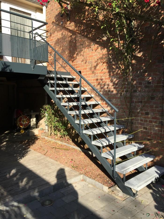 Escalier extérieur métal + pierre bleu