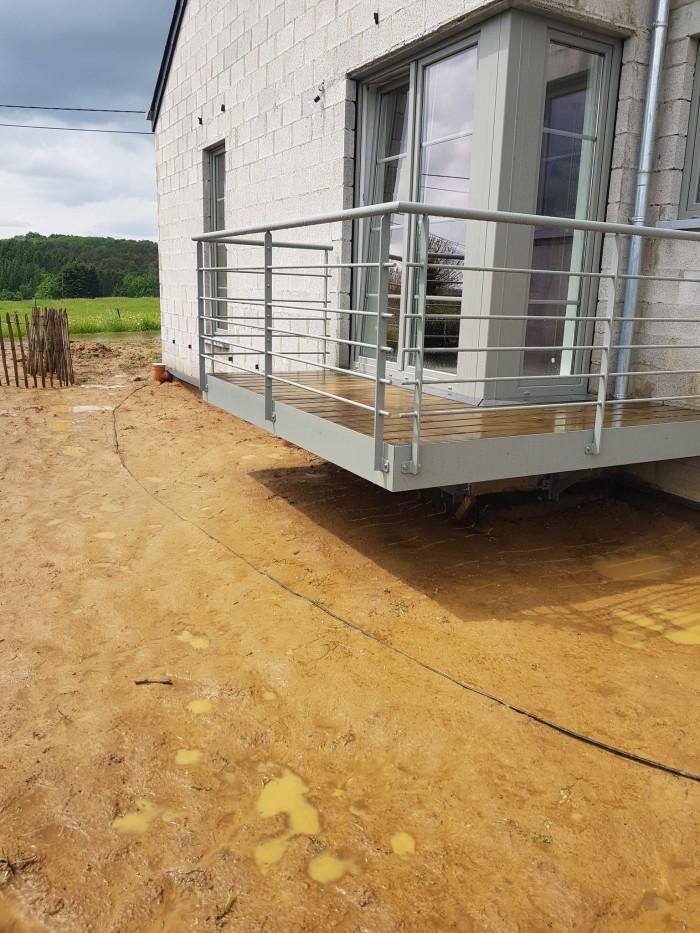 Terrasse métallique suspendue