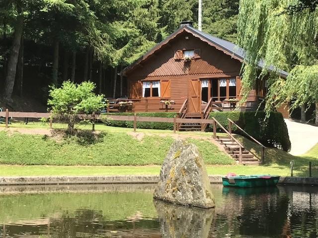 Le châlet vue de l'étang.