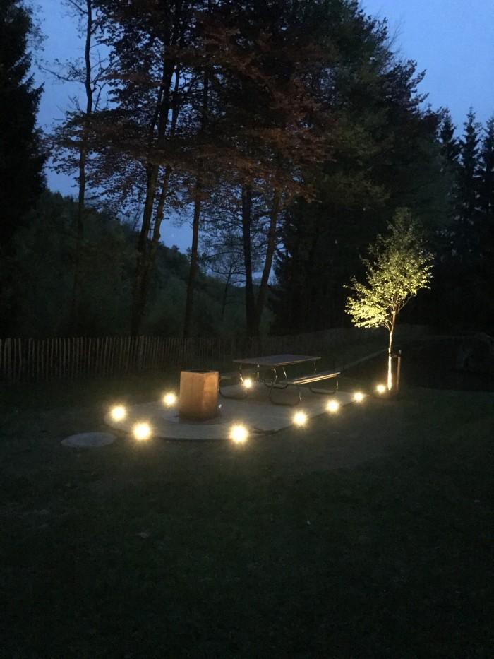 """La terrasse et son BBQ """"OFYR"""" le soir"""