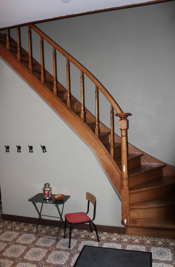 Vue sur l'escalier menant aux étages