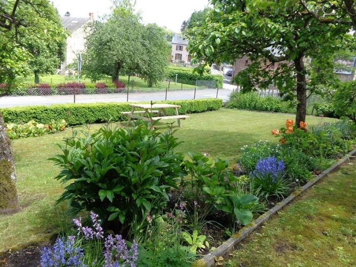 Vue sur notre petit jardin fleuri