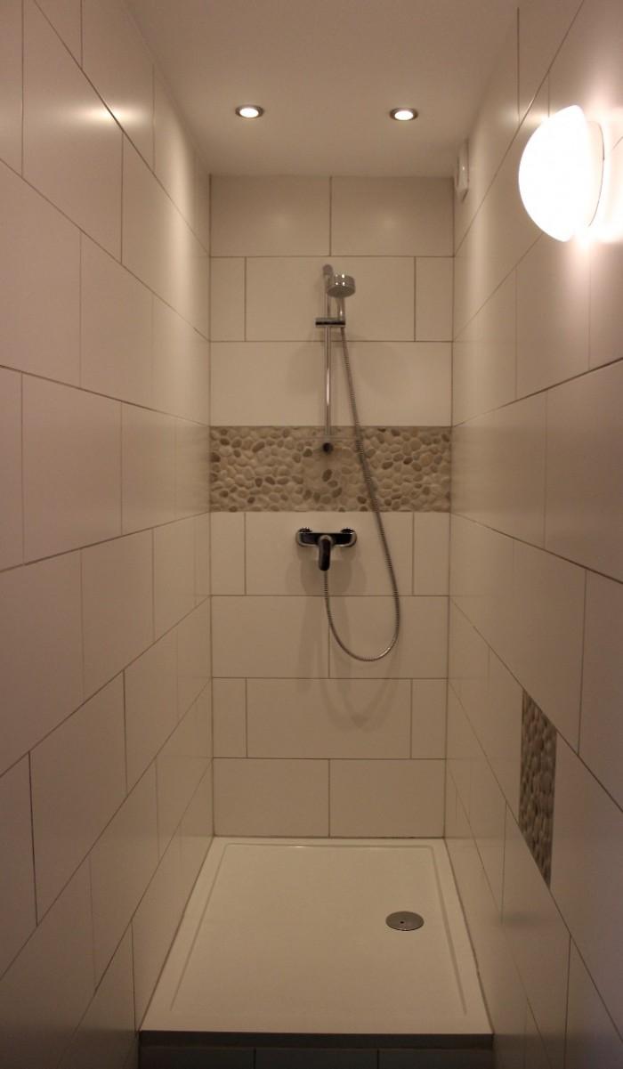 Douche dans la grande salle de bain